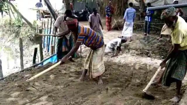 উল্লাপাড়ায় স্বেচ্ছাশ্রমে রাস্তা সংস্কার করছেন গ্রামবাসী