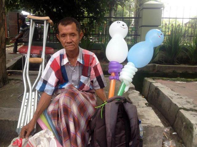 Meski Kehilangan Satu Kaki, Kakek Ini Tetap Semangat Mengais Rezeki