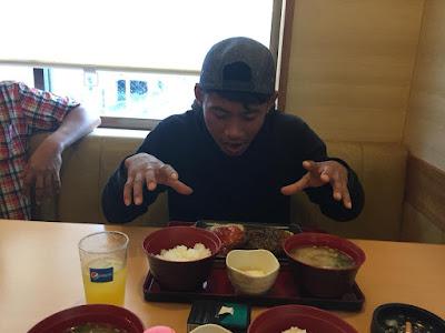 menikmati makanan jepang