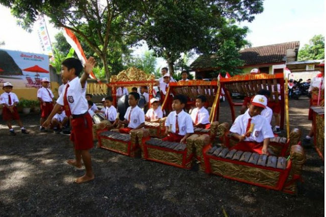 Siswa SD Melestarikan Kesenian Tradisional di Banyuwangi