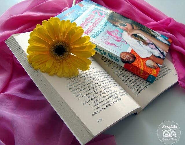 Pamiętnik nastolatki 2 1/2, wakacje Natki, Natalia, książka dla dzieci i młodzieży, książka na lato, książka o wakacjach, wakacje, morze Bałtyk, książka, nastolatka, jak zrozumieć nastolatkę, nastolatka to też człowiek, muszle, plaża, zew natury, pierwsza miłość, przyjaźń.
