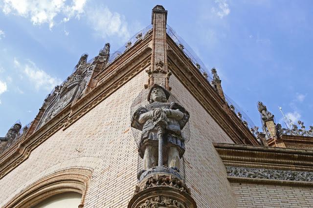 Detalle en la fachada del Pabellón Real en la Parque de María Luisa de Sevilla