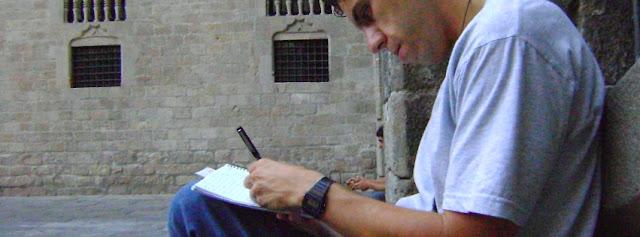 Álex escribiendo en la Plaza del Rey, Barcelona, agosto 2009