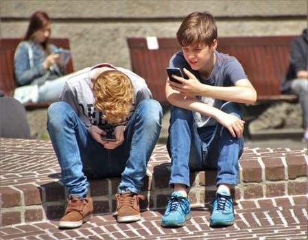 4 Hal yang Harus diperhatikan Dalam Mengizinkan Anak Menggunakan Smartphone