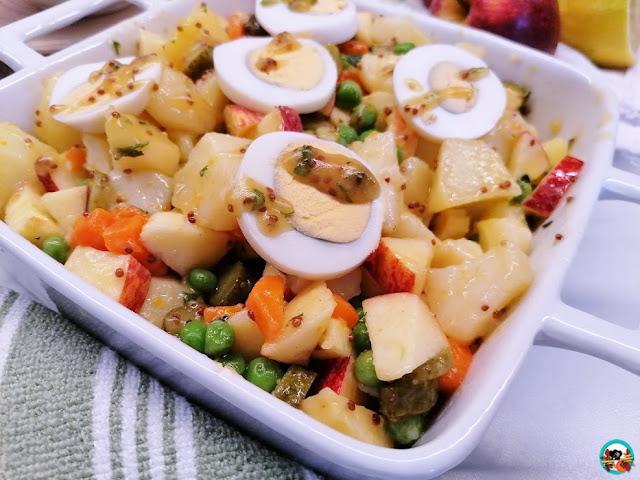 Ensalada de papas con manzanas y huevo
