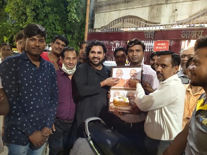 केक काटकर व मिष्ठान वितरित कर मनाया पीएम का जन्मदिन