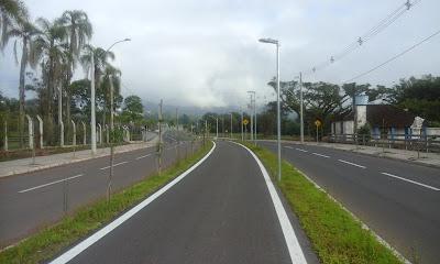 A foto mostra uma nova rodovia e ao meio a ciclovia, mas ainda abandonada pelas pessoas em razão do sedentarismo,