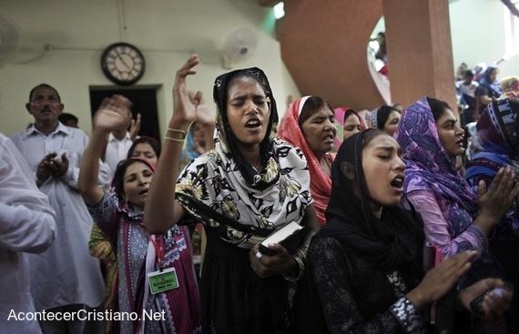 Mujeres cristianas pakistaníes en iglesia.