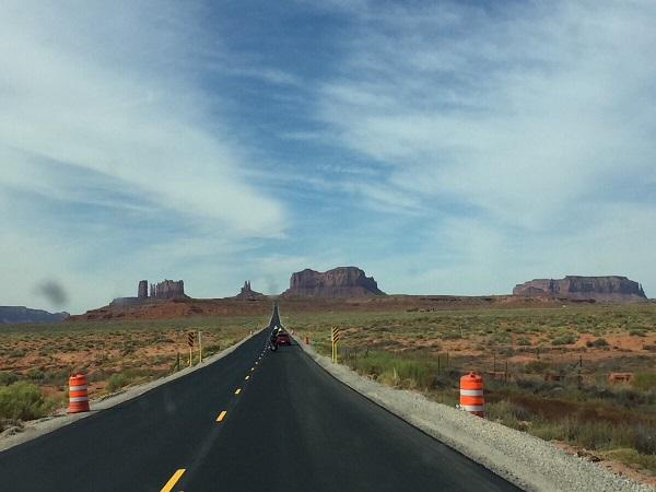 Endlos gerade Straße durch das Monument Valley in Utah in Richtung Arizona