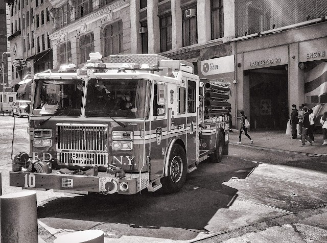 Döbbenetes felvétel, ahogy a légkondicionáló ráesik a gyanútlan tűzoltóra