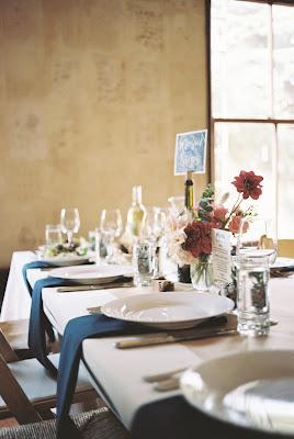 Mesa rectangular preparada para una boda