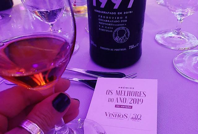 mão segurando copo com vinho do Porto