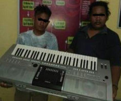 Kedua pelaku pencurian dengan barang bukti keyboard.