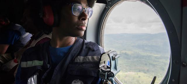 La doctora Bélizaire viaja en helicóptero durante su asignación en el combate del brote de Ébola en la República Democrática del Congo.OMS//Lindsay Mackenzie