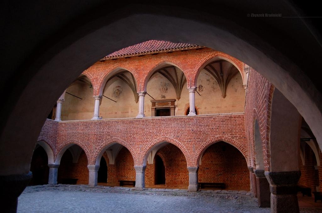 Dziedziniec z krużgankami zamku biskupów warmińskich