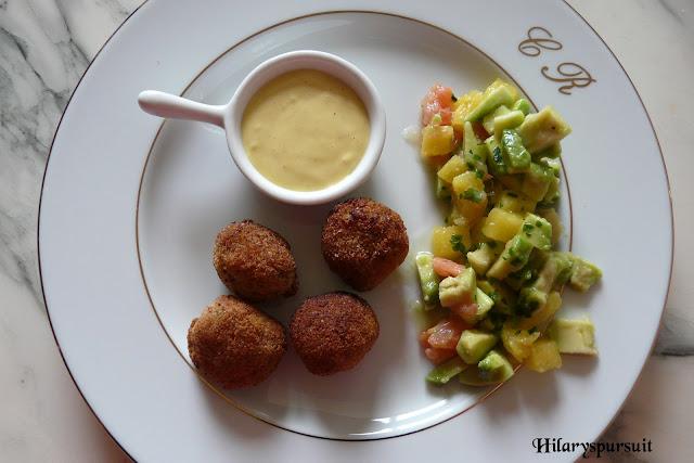 Boulettes de crevettes et salade crue