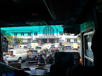 penampakan stasion jakarta kota dari bus