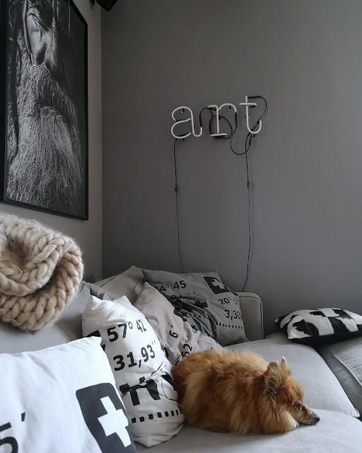 annelies design, webbutik, webshop, nätbutik, inredning, vardagsrum, vardagsrummet, pomeranian, hundar, tavla, hund, tavelväggar, svartvit, svartvita, svart och vitt, athena, kuddar, koordinater, svartvita kuddar, grafiskt, grafiska, grafisk