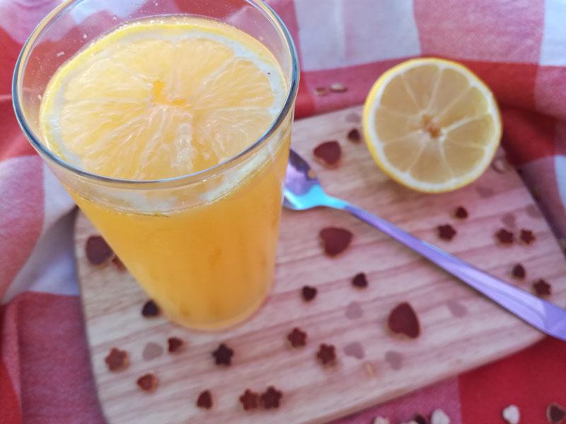 Bibita rinfrescante con acqua gassata, limone e arance
