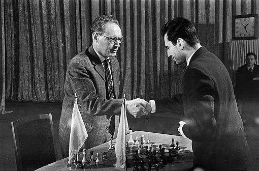 Botvinnik regagna son titre dans le match revanche contre Tal sur le score de 13–8 (+10 −5 =6).