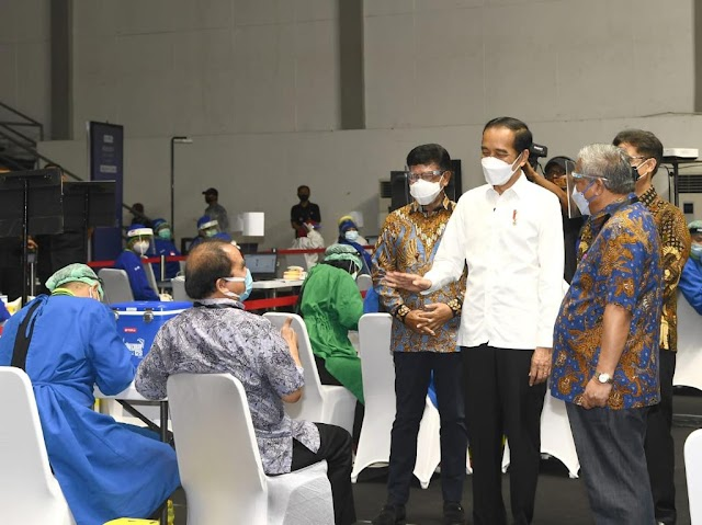 Vaksinasi Covid-19 bagi Wartawan Dimulai, Jokowi: Awak Media Merupakan Garda Terdepan