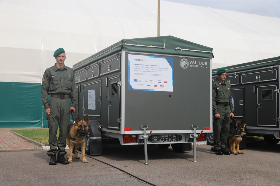 ОБСЄ подарувало українським прикордонникам 500 шлеїв для собак