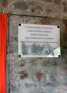 Placa honorífica en la entrada del CIM de Barruelo