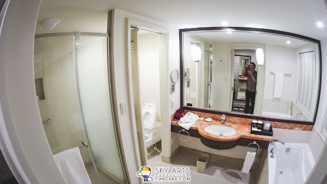 Ramada Plaza Jeju Ocean Front - Huge toilet with bath tub and essential toiletries