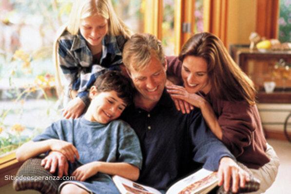Familia reunida para leer la Biblia