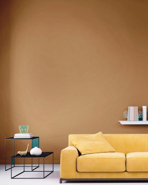 03. Warna oranye terang di ruang tamu.