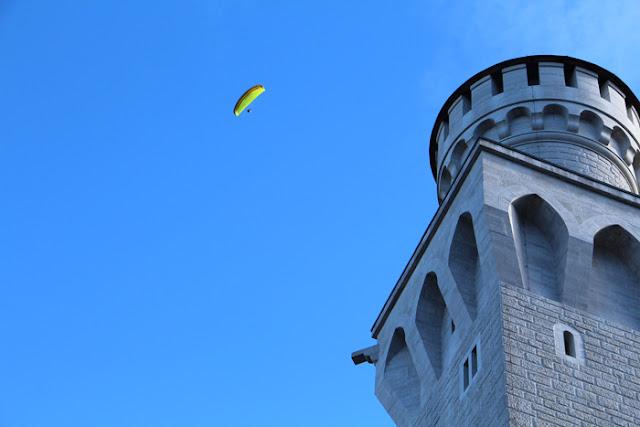 Paraglider über dem Schloss Neuschwanstein