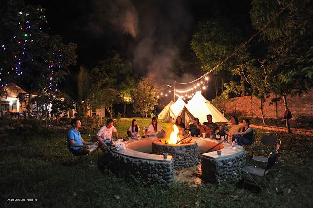 Cắm trại glamping bên lửa trại