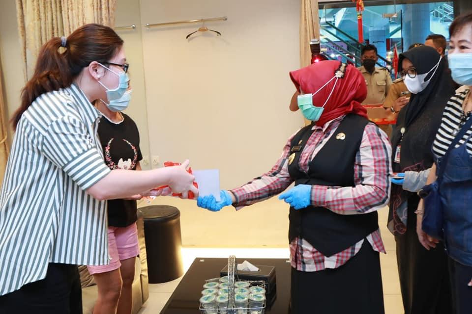 Rahma Menyambangi Warga Tionghoa dan Membagikan Jeruk Serta Mengucapkan Selamat Tahun Baru Imlek