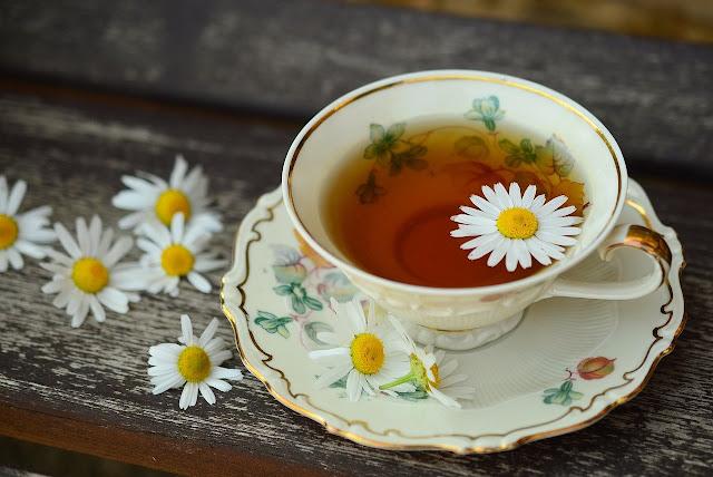 7 Chás calmantes naturais para ansiedade, insônia e nervosismo