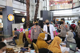 Kapolda Sulsel Tinjau Program 10.000 Vaksinasi di Mall Ratu Indah Makassar .