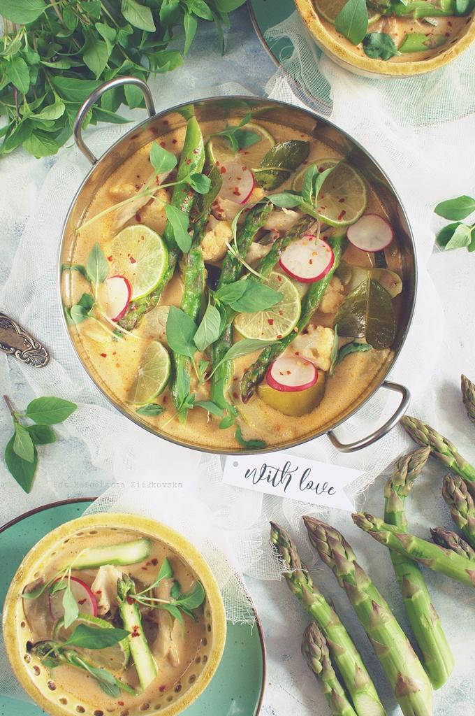 Warzywny, wiosenny chłodnik curry na jogurcie