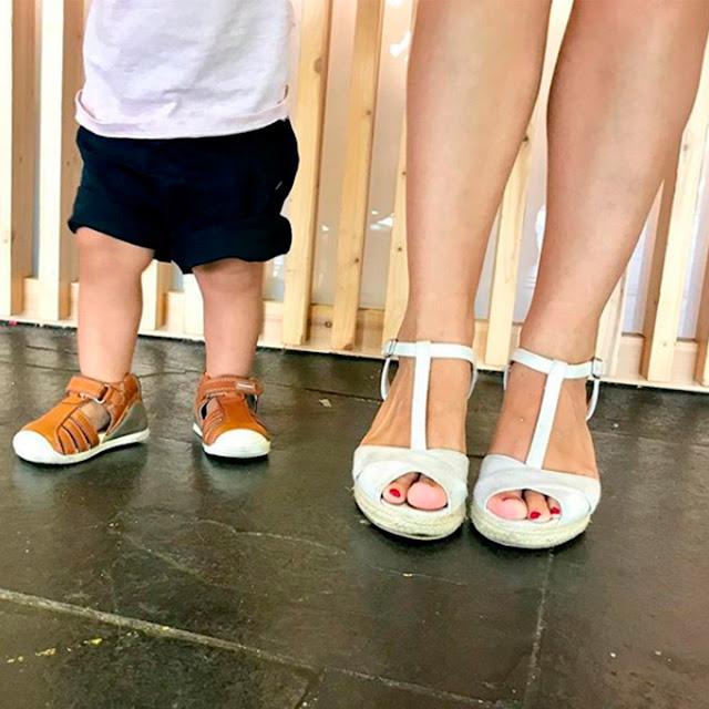 Primeros pasos de bebé que aprende a caminar con zapatos biomecanics