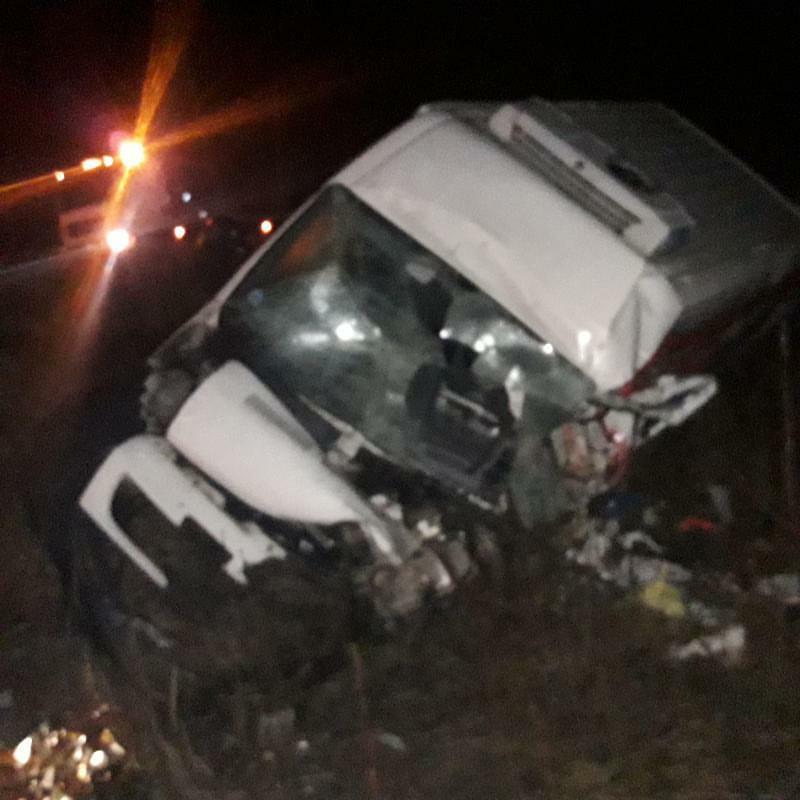 Mikroautobuss pēc avārijas guļ uz sāna grāvī