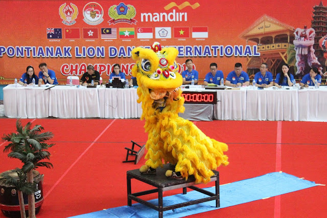 One of the participants' actions at Pontianak Lion Dance International 2019. At the closing, Bank Mandiri Director of Information and Operations Technology, Rico Usthavia Frans, was present in Pontianak.n