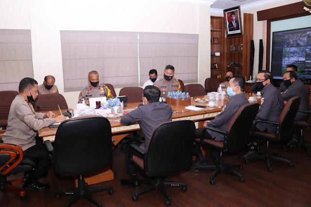 Palembang - Kapolda Sumsel Irjen Pol. Prof.Dr.Eko Indra Heri S., M.M menerima audiensi Ketua dan komisioner Bawaslu, (22/6) bertempat di ruang kerja Kapolda.  Dalam audiensi tersebut Kapolda didampingi Wakapolda Sumsel, Karoops, Dir Intel, dan Dansat Brimob Polda Sumsel serta dari Bawaslu Sumsel diikuti Ketua Bawaslu Sumsel Iin Irwanto, ST, MM, Komisioner Koordinator Divisi SDM Yenli Elmanoferi, SE, MSi, Komisioner Koordinator Divisi Penyelesaian Sengketa Syamsul Alwi, S.Sos, MSi, Komisioner Koordinator Divisi Hukum dan Data Informasi Iwan Ardiansyah, SH, MH, Komisioner Koordinator Divisi Pengawasan Junaidi, SE, MSi , Plt. Kepala Seketariat Bawaslu Sumsel Pekerti Luhur, A.K, MM,  membahas kesiapan terkait lanjutan pilkada serentak tahun 2020.  Pertemuan yang berlangsung santai ini membahas point-point penting terkait kesiapan Bawaslu Provinsi Sumsel dalam mempersiapkan petugas pengawas pilkada ditengah Pandemi Covid-19. Selain itu juga disampaikan usaha bersama untuk mempertahankan Zero Konflik serta komitmen bersama untuk melaksanakan Pemilukada yang transparan dan sesuai dengan aturan yang ada.  Kapolda berharap kepada jajaran pimpinan Bawaslu Sumsel untuk tetap bersikap profesional meskipun ditengah pandemi Covid-19. Mari kita bersama sukseskan Pemilukada di Provinsi Sumsel yang kondusif, aman, damai dan sejuk. Netralitas harus kita pegang bersama demi persatuan dan kesatuan bangsa, ujarnya.(Tri Sutrisno)