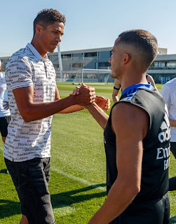 Rafael Varane se despidió de sus compañeros y Florentino Pérez