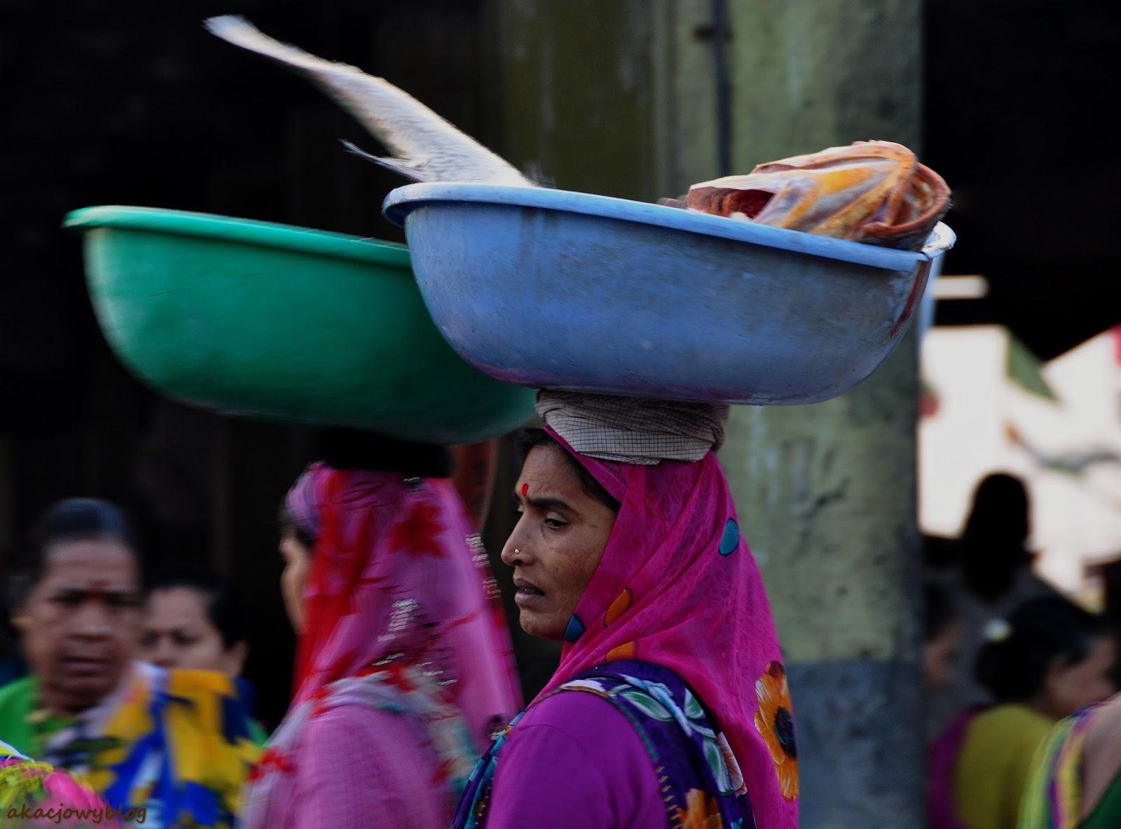 Jedziemy na słynny targ rybny w Mumbaiu.