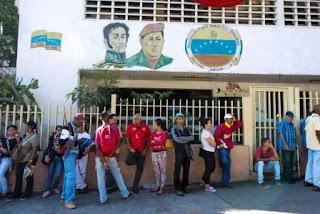 Termina el plazo para retirar los billetes de 100 bolívares y se retrasa la llegada de la moneda de mayor valor