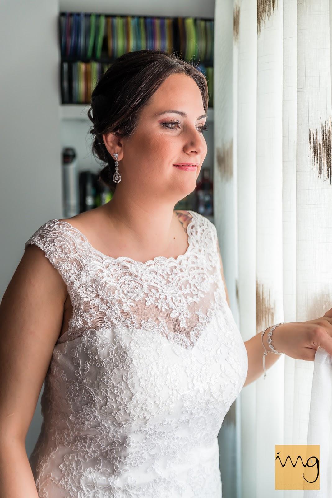 Fotografía de la novia a la luz de la ventana