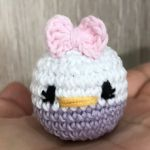 http://www.losproductosderucas.com/2017/04/patron-amigurumi-mini-daisy-duck.html