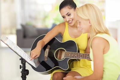 Bất ngờ với 5 tác dụng của việc chơi đàn guitar