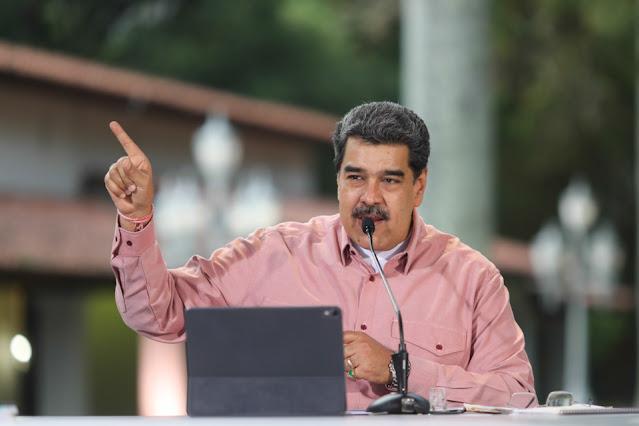 """El presidente, Nicolás Maduro, dijo este lunes que tiene pruebas que involucran a un sector de """"la extrema derecha"""" opositora en los combates de la semana pasada entre bandas criminales y policía en Caracas, horas después de la detención del exdiputado Freddy Guevara, acusado de tener vínculos con esos grupos.  """"Quieren esconder, disfrazarse de dialogantes y demócratas cuando, por debajo, tenemos las pruebas en las manos y mañana el presidente (del Parlamento) Jorge Rodríguez va a mostrar las pruebas sobre el involucramiento de sectores de la extrema derecha y de grupos políticos, tenemos la prueba de lo que hicieron"""", dijo en una reunión para dialogar con sectores minoritarios de la oposición.  La Fiscalía, según Maduro, ha actuado """"con las pruebas en las manos"""", si bien no se refirió de forma directa a la detención de Guevara, arrestado cerca del mediodía de este lunes.  Casi en paralelo, el fiscal general, Tarek Saab, publicó un comunicado en Twitter donde vinculan a Guevara con grupos extremistas y paramilitares.  """"Este lunes (…) el Ministerio Público ha solicitado orden de aprehensión contra Freddy Guevara, quien fue detenido por el Sebin (Servicio de Inteligencia) debido a su vinculación con grupos extremistas y paramilitares asociados al Gobierno colombiano"""", reza un breve mensaje.  A Guevara, prosigue el escueto comunicado, """"le serán imputados los delitos de terrorismo, atentado contra el orden constitucional, concierto para delinquir y traición a la patria"""".  Entre tanto, Maduro dijo que """"en Venezuela hay diálogo"""" con la oposición y se refirió además a las negociaciones que promueve Noruega con el grueso de los antichavistas al agregar que está """"de acuerdo"""" con esa propuesta.  """"Lo que no estamos de acuerdo es que una gente diga que quiere participar en el diálogo y esté preparando golpes de estados, financiamiento de delincuentes, ataques terroristas, magnicidios y asesinatos de líderes"""", agregó Maduro.  El mandatario reiteró que irá a la negociación si se """