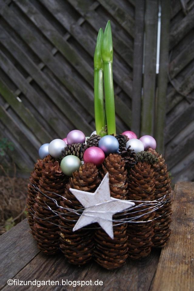 Amaryllis weihnachtlich dekoriert mit Kugeln und Zapfen