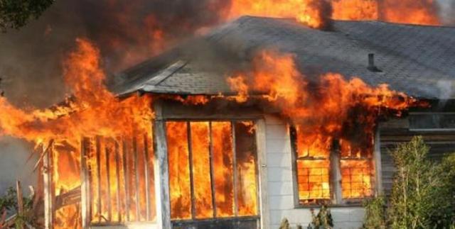 kepergok Selingkuh dengan Istri Polisi, Rumah Oknum Guru Dibakar