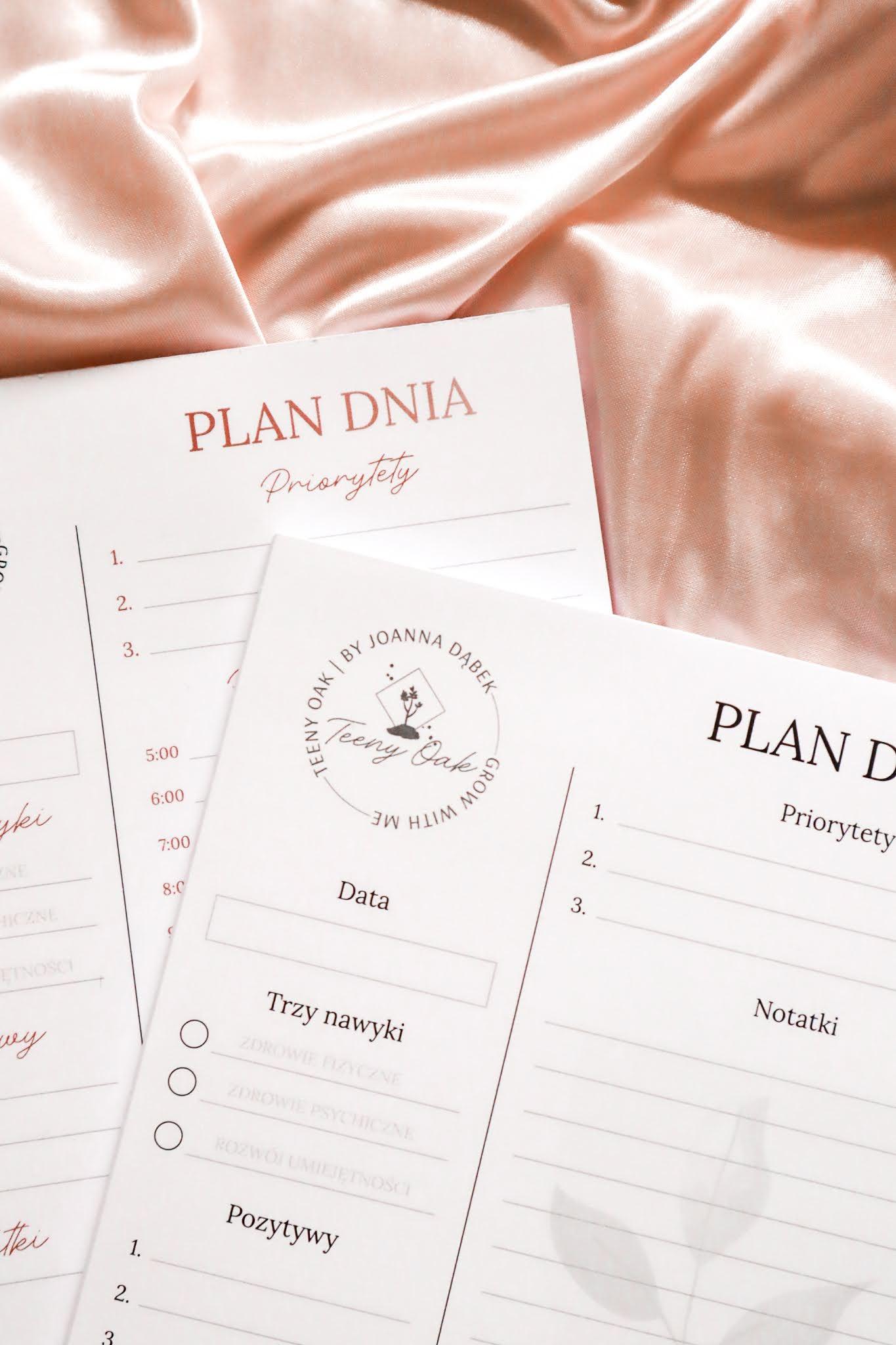 Dwa planery na biurko w których można zapisać także dobre nawyki, priorytety oraz powody do wdzięczności.